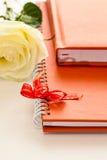 Notatnik w pomarańczowej skóry pokrywie Zdjęcie Royalty Free