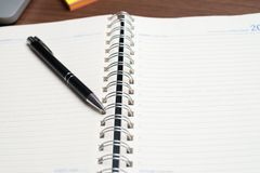 Notatnik z czarnym piórem, Kolorowi notepads na biurku, szkła na biurku z piórem i filiżanka kawy, Komputerowa klawiatura z col obrazy stock