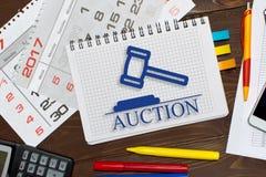 Notatnik z notatek online aukcje na biuro stole z narzędziami fotografia royalty free