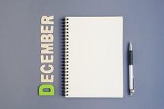 Notatnik z pióra i Grudnia miesiąca sformułowaniami Obrazy Stock