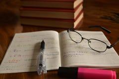 Notatnik z piórem i szkłami, rozwija pamięć Obraz Royalty Free