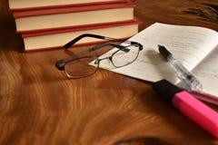 Notatnik z piórem i szkłami, rozwija pamięć Zdjęcia Royalty Free