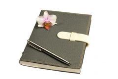 Notatnik z piórem, kwiat i orchidea Zdjęcie Royalty Free