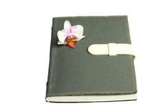 Notatnik z piórem, kwiat i orchidea Zdjęcia Royalty Free