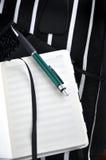Notatnik z piórem na lampasa tle Fotografia Stock