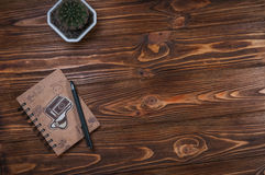 Notatnik z piórem na stole Zdjęcie Stock
