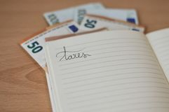 Notatnik z pieniądze i ręki writing na nim fotografia royalty free