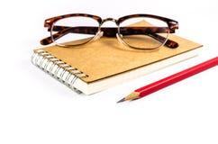 Notatnik z szkłami i ołówkiem odizolowywającymi na białym tle zdjęcie royalty free