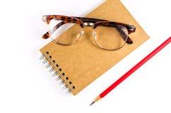 Notatnik z szkłami i ołówkiem odizolowywającymi na białym tle obraz royalty free