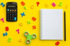 Notatnik z z barwiącym liczebników, kalkulatora i ręki kądziołkiem, Fotografia Royalty Free