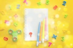 Notatnik z z barwiącym liczebników, kalkulatora i ręki kądziołkiem, Zdjęcia Royalty Free