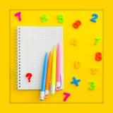 Notatnik z z stubarwnym liczebników, kalkulatora i ręki kądziołkiem, - antistress Obraz Royalty Free