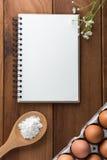Notatnika biel na drewnianej podłoga z jajkiem Fotografia Royalty Free