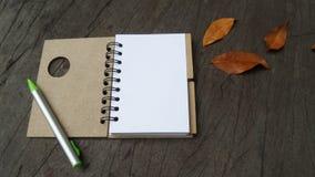 Notatnika drewniany stół, odgórny widok Zdjęcia Royalty Free