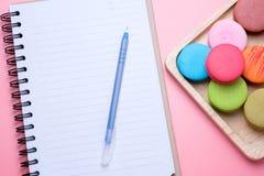 Notatnika i cukierki deseru macaroon Fotografia Royalty Free