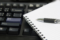 notatnika komputerowy pióro Obrazy Stock