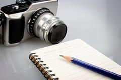 Notatnika, ołówkowej i retro kamera, Obraz Stock