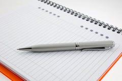 notatnika pomarańcze papieru pióro Obrazy Royalty Free