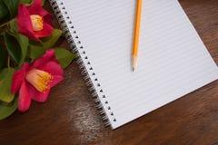 Notatniki i pensil z romantycznymi różowymi kwiatami Zdjęcie Stock