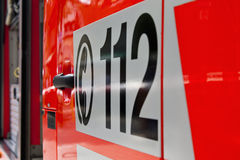 Notaufruf 112 auf einem Krankenwagen Lizenzfreie Stockfotografie