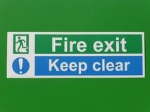 Notausgang und halten klares Zeichen auf einem grünen Hintergrund lizenzfreie stockbilder