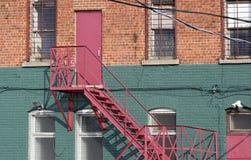 Notausgang und Treppenhaus an der Rückseite des Backsteinbaus Lizenzfreie Stockfotos