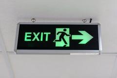 Notausgangzeichen am Korridor im Gebäude lizenzfreie stockfotos