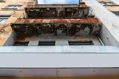 Notbalkon auf der Fassade von Blockebenen Stockbilder