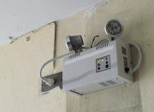 Notbeleuchtung auf der Wand Stockbild