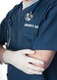 Notdoktor oder -krankenschwester mit Stethoskop stockfotos