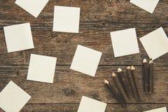 Note appiccicose bianche e matite colorate Fotografie Stock Libere da Diritti