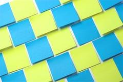 Note appiccicose blu e gialle - diagonale fotografie stock