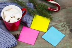Note appiccicose colorate spazio in bianco pronte per il messaggio e la tazza di caffè Fotografia Stock Libera da Diritti