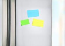 Note appiccicose sul frigorifero fotografia stock