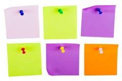 Note appiccicose variopinte in bianco isolate su bianco Fotografia Stock Libera da Diritti
