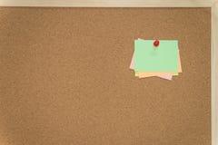 Note appiccicose variopinte sull'albo del sughero immagine stock