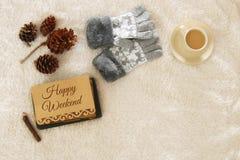 Note avec le texte : WEEK-END HEUREUX et tasse de cappuccino au-dessus de tapis confortable et chaud de fourrure Vue supérieure Image stock
