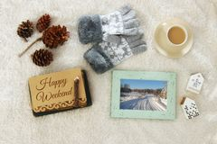 Note avec le texte : WEEK-END HEUREUX et tasse de cappuccino au-dessus de tapis confortable et chaud de fourrure Vue supérieure Photos stock