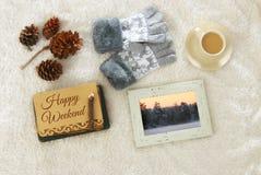 Note avec le texte : WEEK-END HEUREUX et tasse de cappuccino au-dessus de tapis confortable et chaud de fourrure Vue supérieure Photo stock