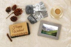 Note avec le texte : WEEK-END HEUREUX et tasse de cappuccino au-dessus de tapis confortable et chaud de fourrure Vue supérieure Images libres de droits