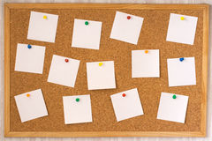 Note bianche appuntate al boa del sughero Fotografia Stock