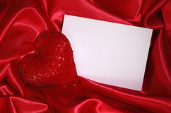 Note blanc et coeur rouge Photo stock