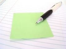 Note collante avec le crayon lecteur Photo stock