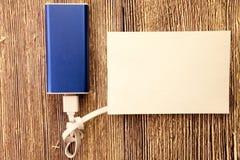 note collante blanche avec l'espace vide pour un texte sur le fond en bois Concept supplémentaire de remplissage d'énergie Photographie stock libre de droits