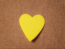 Note collante de forme de coeur sur le panneau de liège Image libre de droits