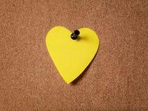 Note collante de forme de coeur sur le panneau de liège Images stock