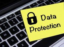 Note collante de protection des données sur l'ordinateur portable image stock