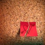 Note collante rouge avec le coeur esquissé sur le panneau de liège Images libres de droits