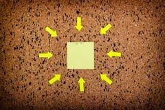 note collante sur le panneau de liège, l'espace vide pour le texte Photographie stock libre de droits