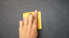 Note collante sur le tableau noir banque de vidéos